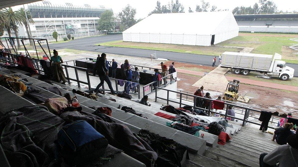 Izbeglice na stadionu u Meksiko Sitiju