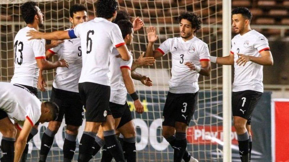 لاعبو المنتخب المصري يحتفلون بهدف