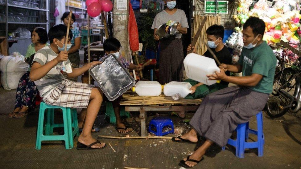 احتجاجات ليلية في يانغون