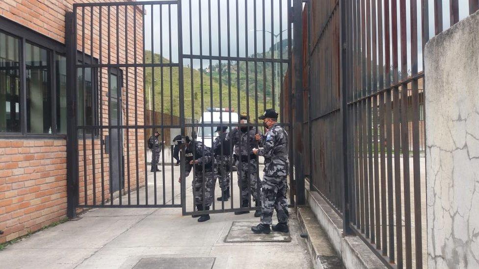 Imagen de las afueras de una cárcel compartida por la policía de Ecuador