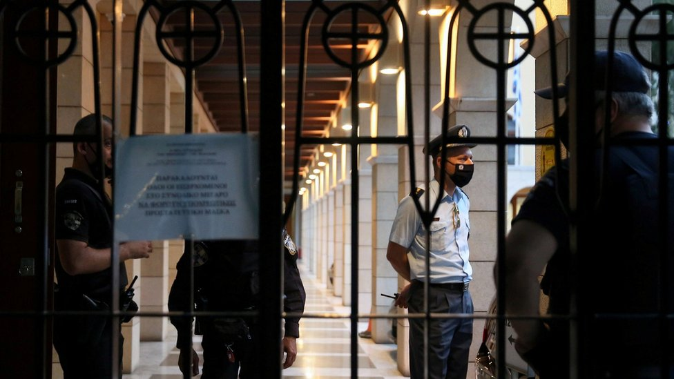 Policías en el monasterio Petraki