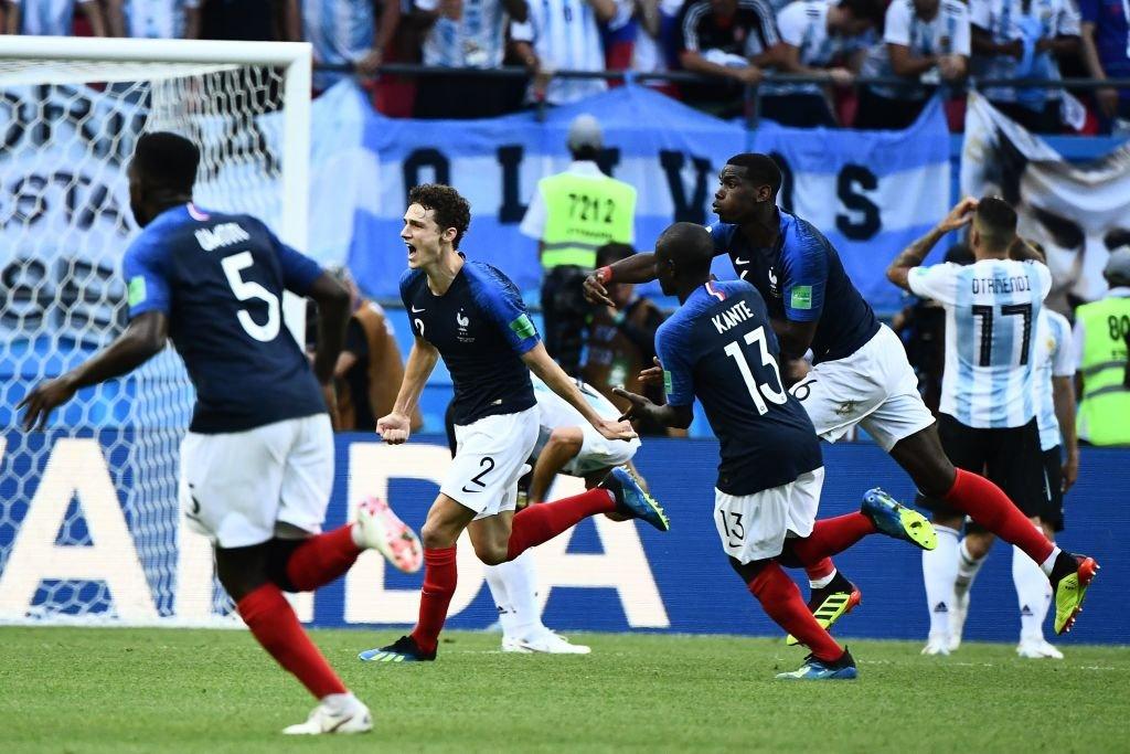 Pavard celebra con sus compañeros en Francia