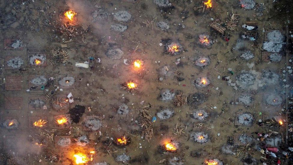 Cremações em massa em um crematório em Delhi (22 de abril)
