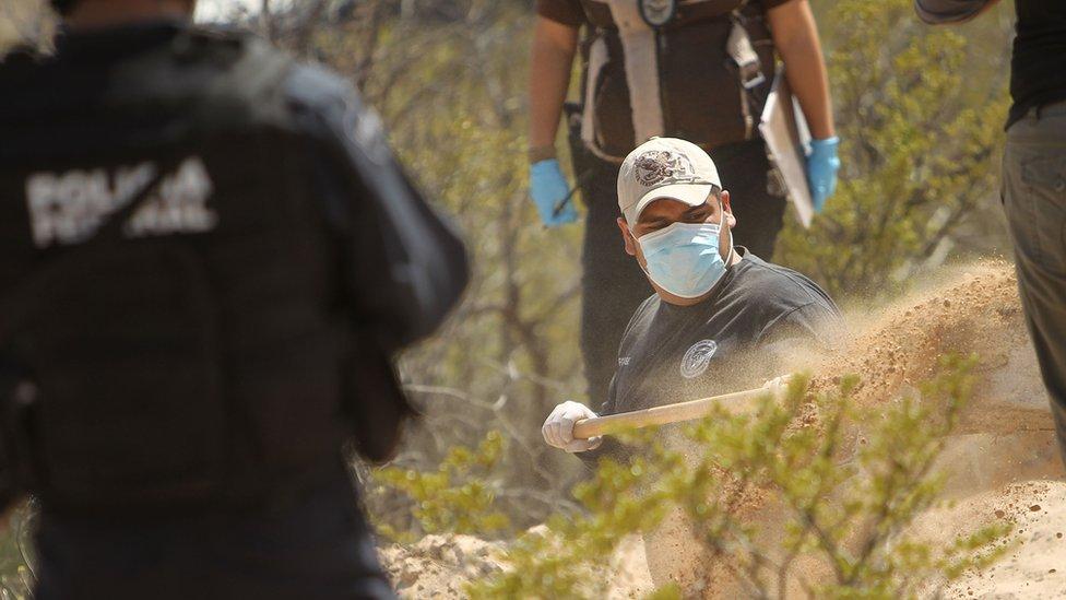 Forenses mexicanos excavan en un lugar en el que se creía que había enterradas numerosas víctimas de la violencia del narcotráfico, en 2010.