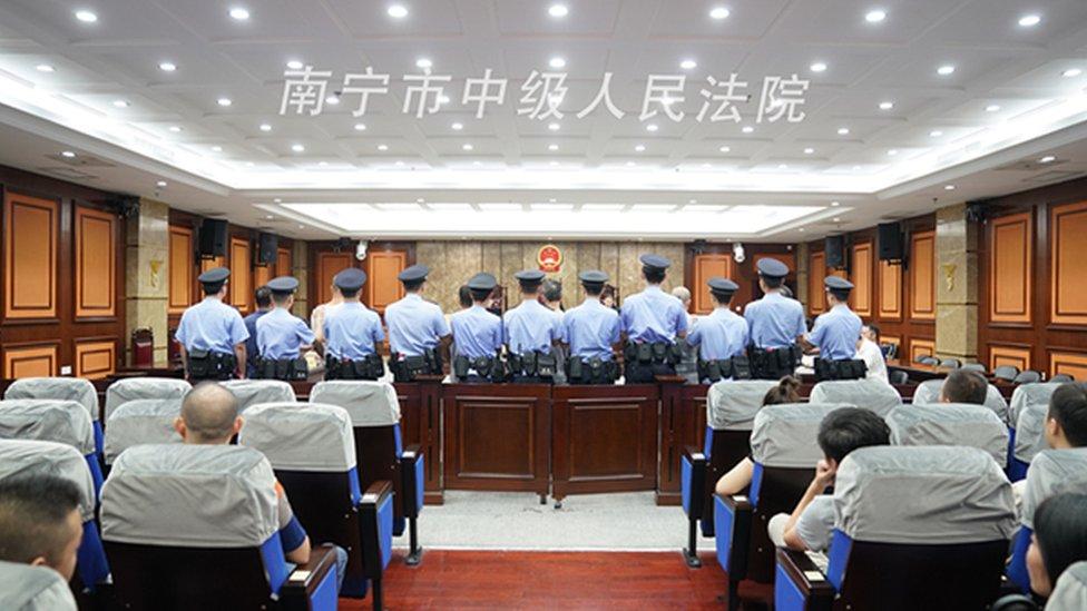 LA policía custodia a los procesados.