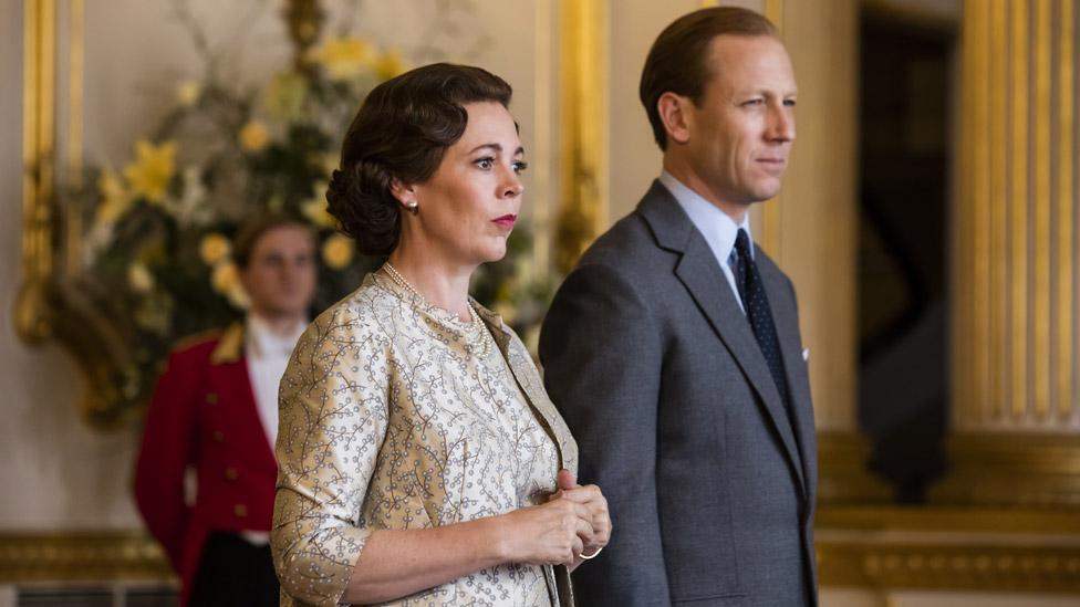 Dizinin 3. sezonunda Kraliçe Elizabeth'i Olivia Colman, Prens Philip'i Tobias Menzies canlandırıyor