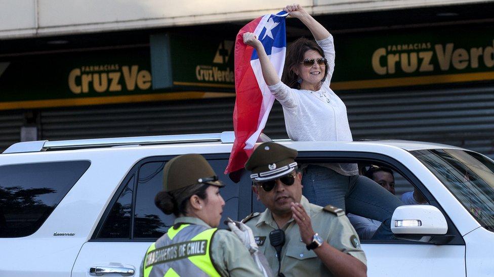 Mujer con bandera chilena