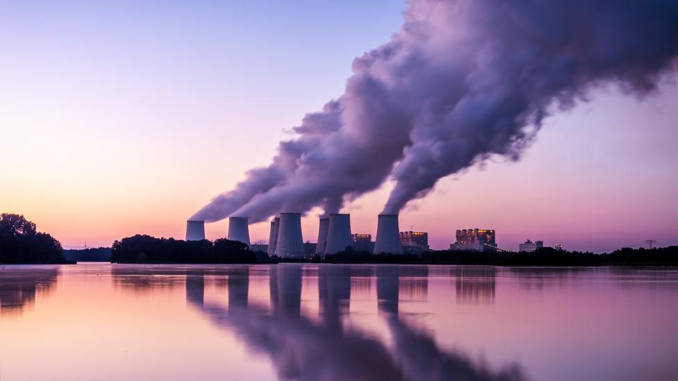 Planta con emisiones de dióxido de carbono