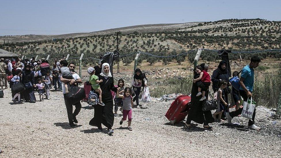 Suriyeliler, Hatay'daki Cilvezgöü Sınır Kapısı'ndan geçiş yapıyor.