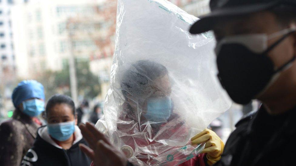 Personas en Wuhan, la ciudad donde surgió el brote de coronavirus.