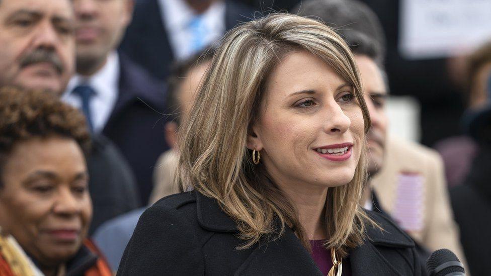 كيتي هيل تعترف بإقامة علاقة غرامية مع إحدى عضوات فريق حملتها الانتخابية، ولكن ليس مع مساعد لها في الكونغرس