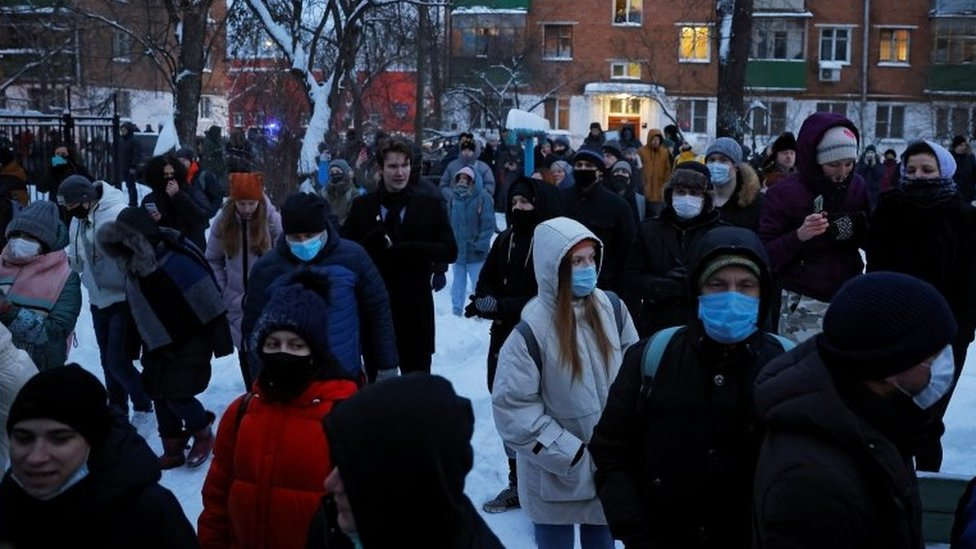Crowds gather outside the police station in Khimki, near Moscow, where Alexei Navalny is held. Photo: 18 January 2021