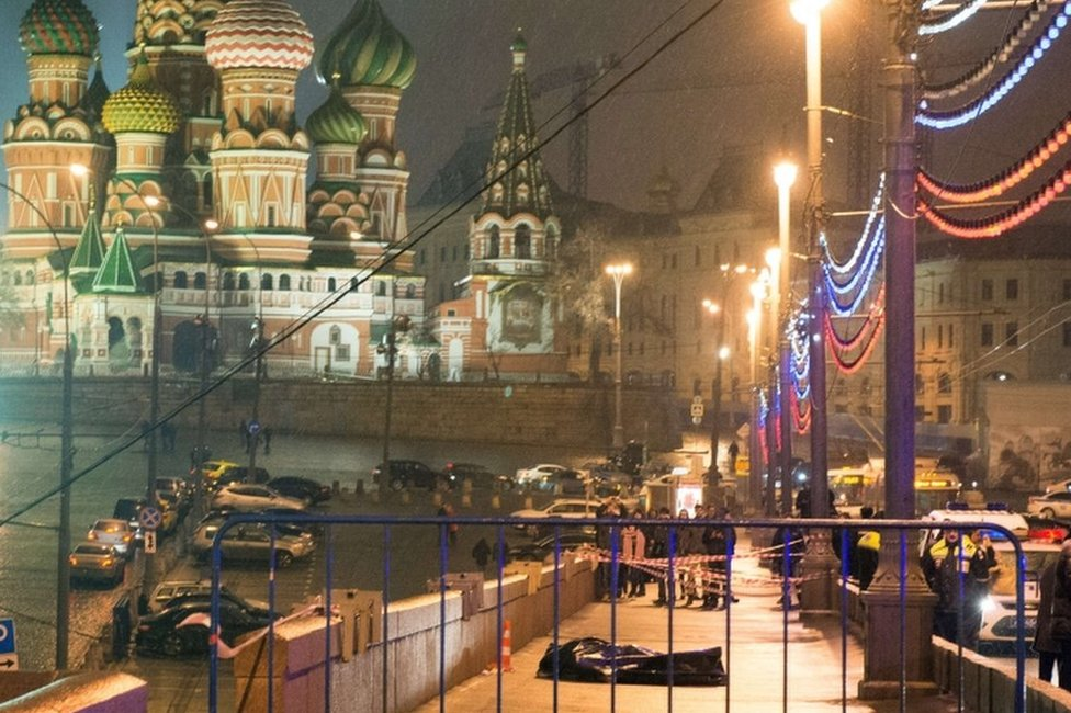 The body of Boris Nemtsov lies on Moskvoretsky bridge