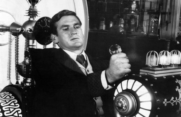 """Rod Taylor en una escena del film """"La máquina del tiempo"""""""