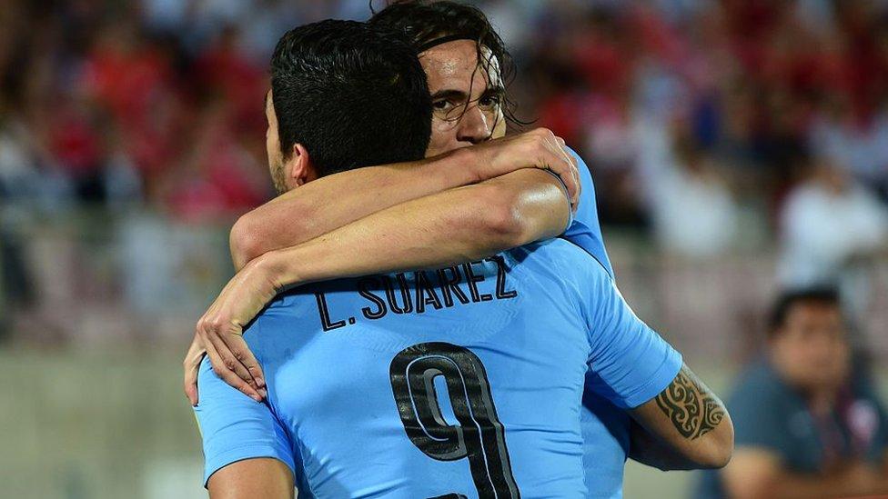 Cavani y Suárez se abrazan.