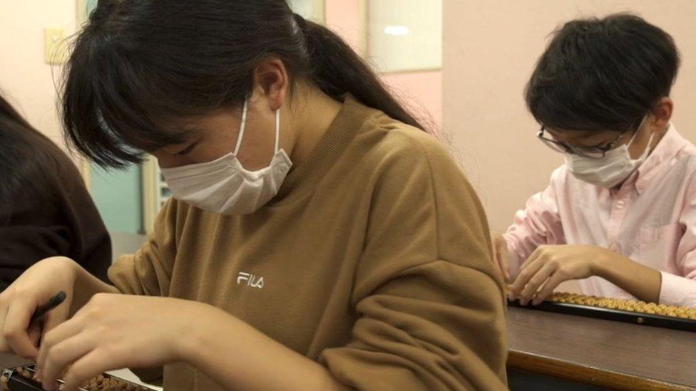 Estudiantes en una clase de ábaco en Japón.