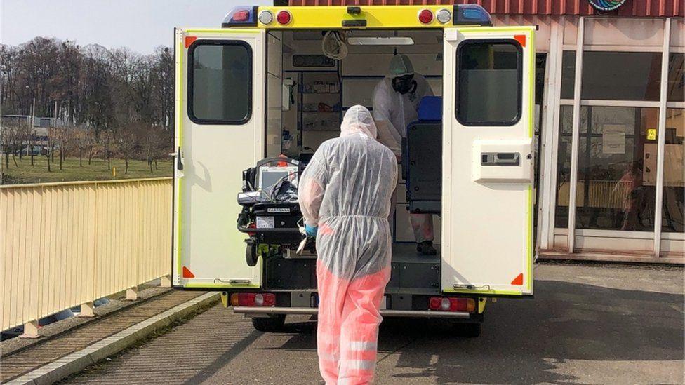 وصل مريض تشيكي يوم الثلاثاء إلى بولندا لتلقي العلاج