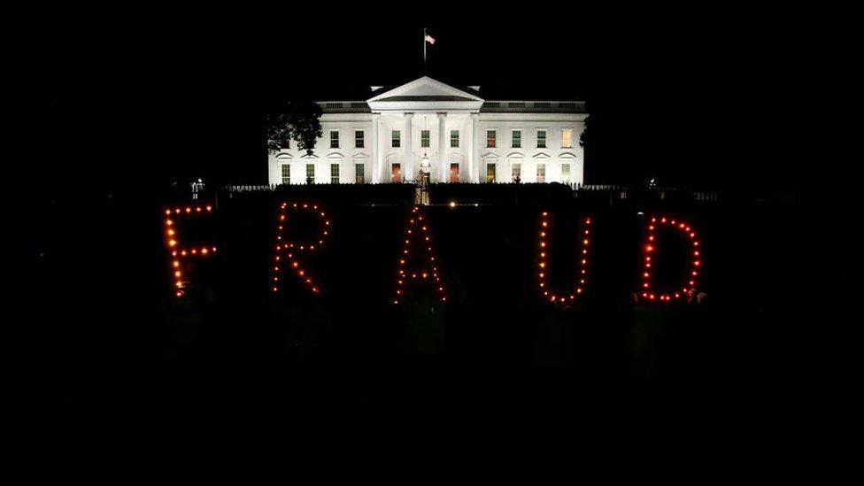 Tören sırasında Beyaz Saray'ın dışında protesto gösterisi düzenleyen eylemciler