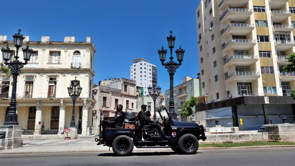 Patrulla de policía en La Habana