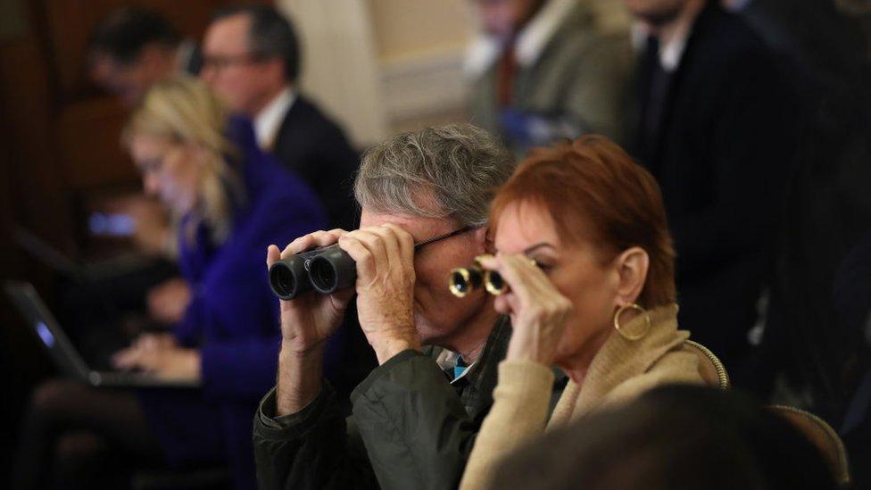聽證會上甚至有觀眾帶來望遠鏡