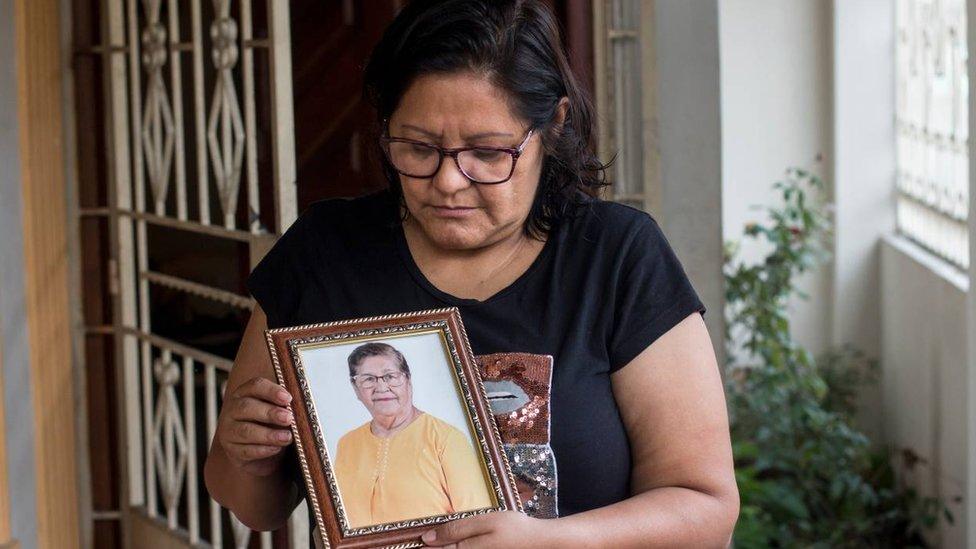 Elsa Maldonado junto a una foto de su madre.
