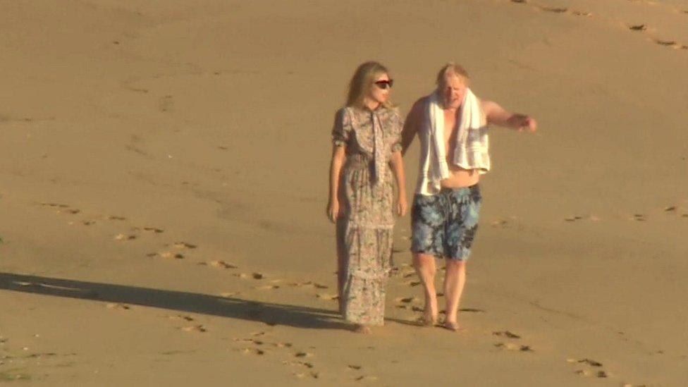 遊完泳上岸,跟第一夫人凱麗(Carrie)散個步。