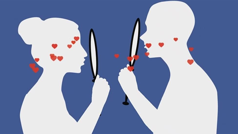 زوجان ينظران إلى المرآة