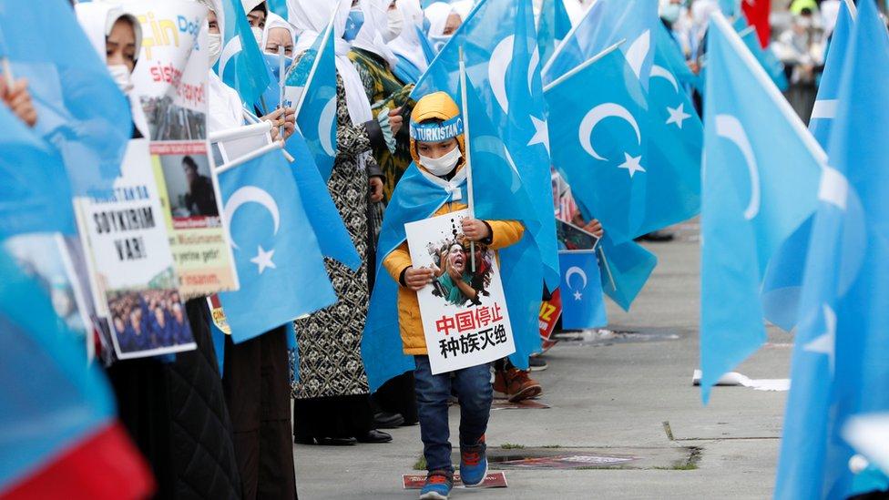 Uigures con banderas de Turkestán Oriental durante una manifestación por el Día Internacional de la Mujer, en Estambul, Turquía.