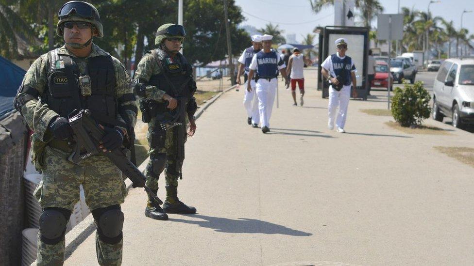 Soldados patrullando las calles de Acapulco.