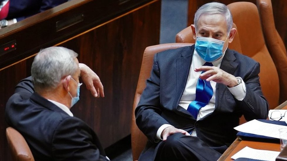 Benny Gantz (left) and Benjamin Netanyahu (right) sit together in the Knesset (17 May 2020)
