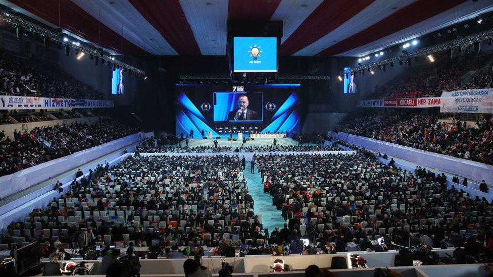 AKP'nin 7. Olağan Kongresi'nde 22 isim liste dışı kalırken, 28 yeni isim yer buldu. Erdoğan, yeni parti yönetiminde Doğu ve Güneydoğu kökenli isimler, eski milletvekilleri ağırlıklı yer aldı. Binali Yıldırım için genel başkanvekili sayısı ikiye çıkarıldı.