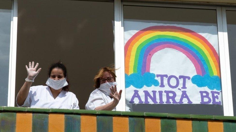 ممرضتان تلوحان من نافذة في إسبانيا