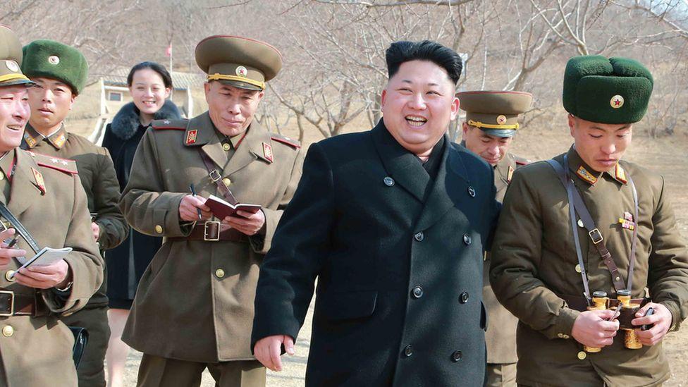 Kim Jong-un, rodeado de militares.