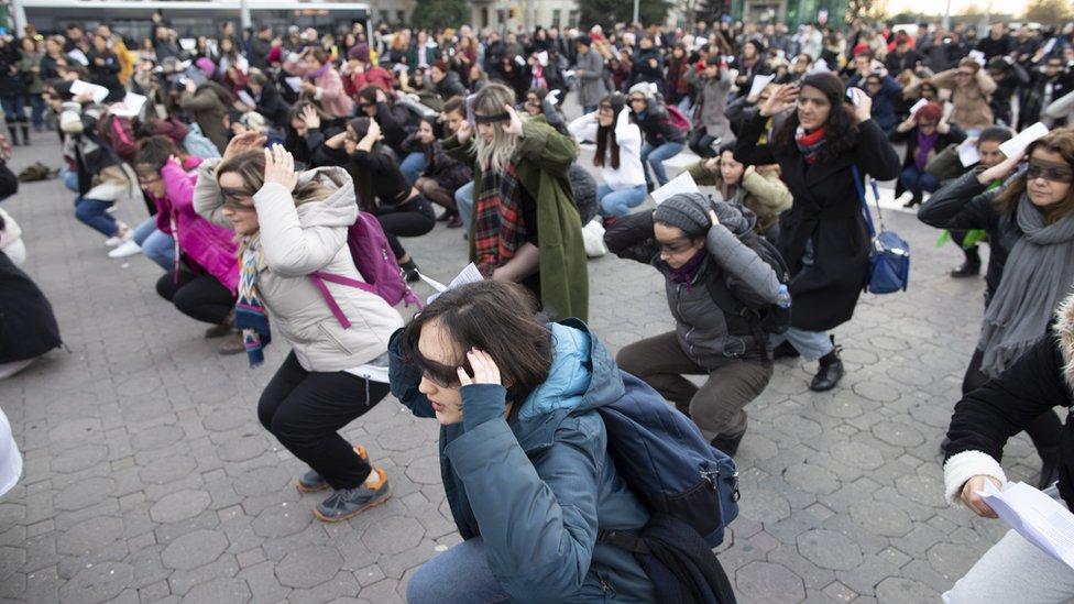 """Mujeres en Turquía interpretando """"Un violador en tu camino""""."""