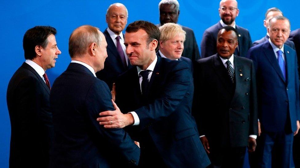 Hafter'e destek veren Rusya ve Fransa'nın liderleri Vladimir Putin ve Emmanuel Macron, aile fotoğrafı öncesi sohbet etti