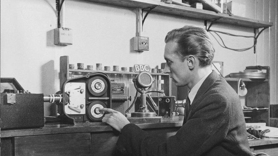 1946年1月,英國廣播公司BBC的移動攝影組走訪柯達實驗室錄製高速相機拍攝的素材。這相機每秒拍攝3000幅照片。