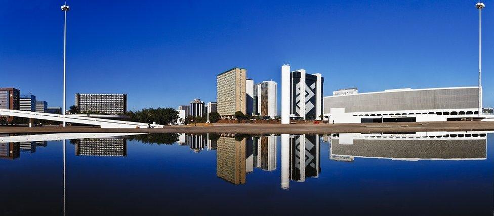 Vista panorámica de la Biblioteca Nacional de Brasilia y otros edificios de la ciudad.