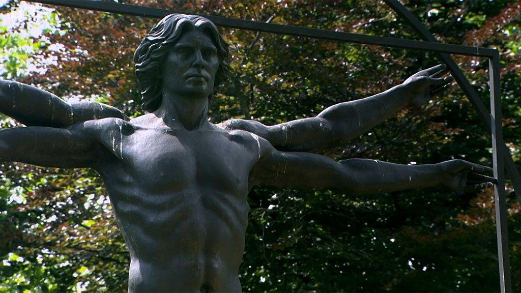 """Homenaje a Leonardo"" del escultor italiano Enzo Plazzotta, ubicada en Belgrave Square, Londres"