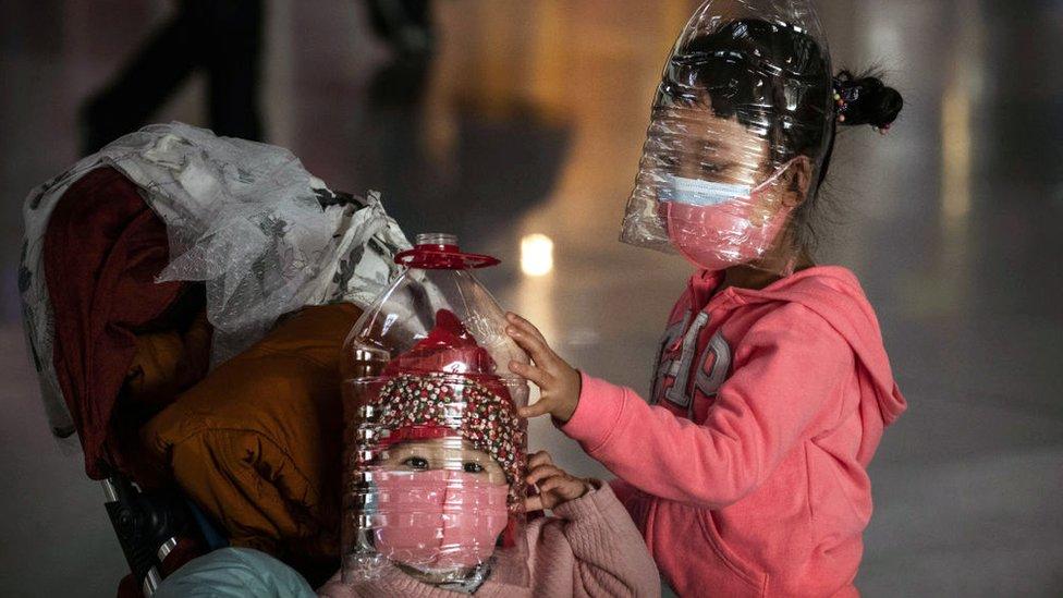 Niños portando máscaras