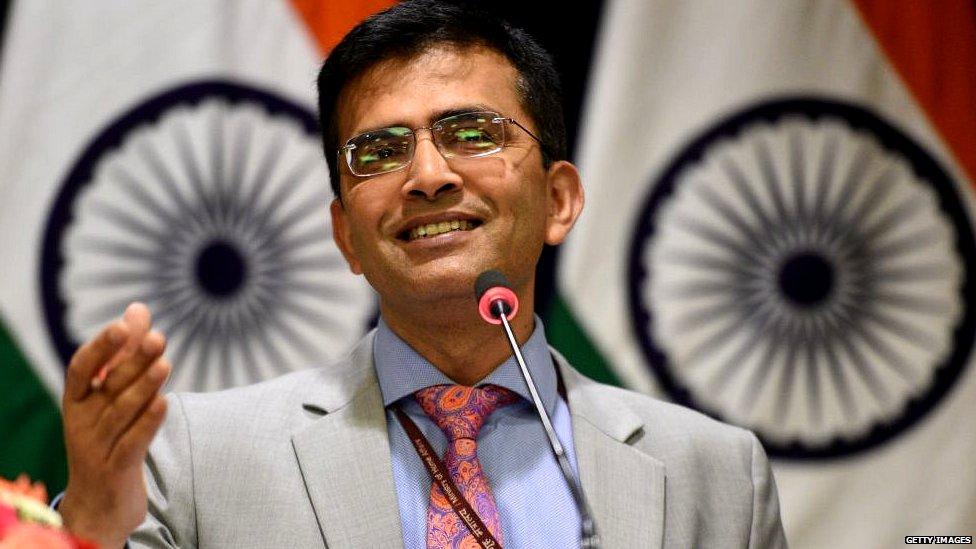 विदेश मंत्रालय ने बताया, पासपोर्ट पर क्यों छप रहा है कमल- पांच बड़ी ख़बरें