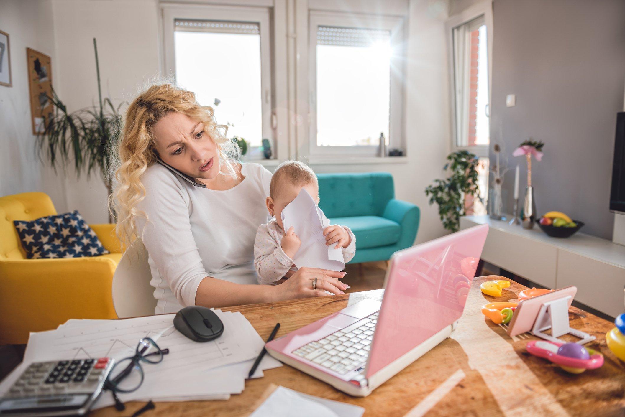 Una mujer con un bebé
