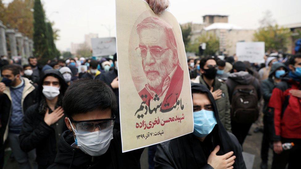 متظاهرون يرفعون صورة فخرزاده