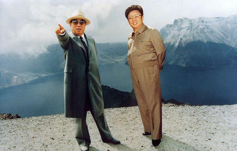 Foto de archivo: Kim Il-sung y Kim Jong-il