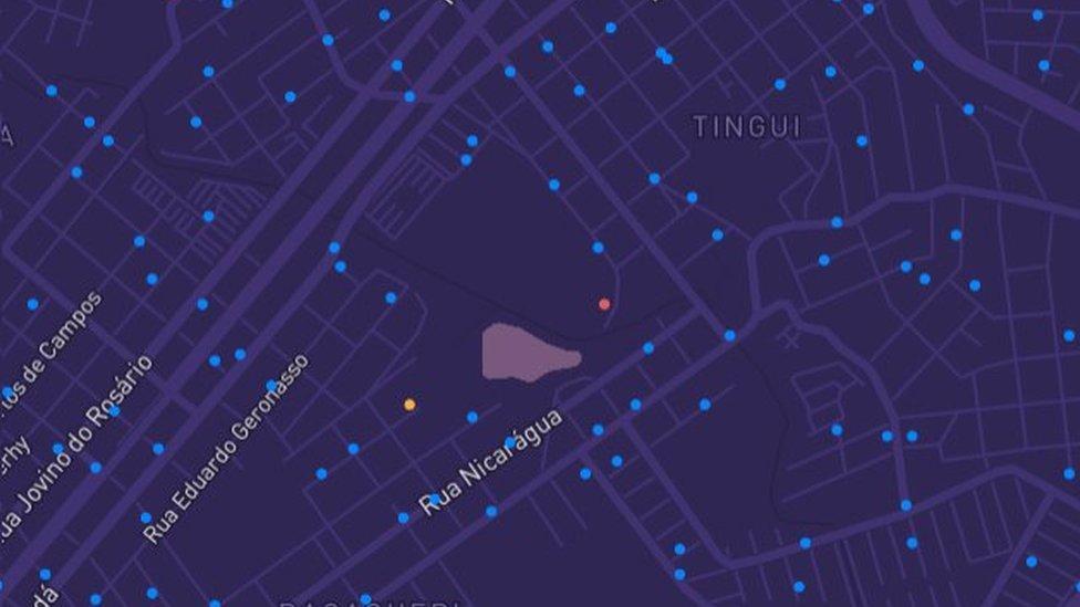 Mapa de Curitiba com indicações de casos de covid-19