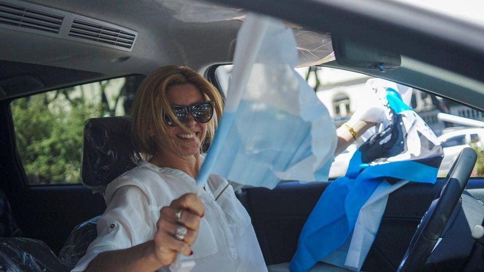 Mujer partidaria de Luis Lacalle en un auto en Montevideo, Uruguay