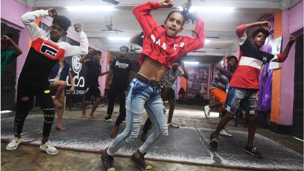 رياضيون في الهند يؤدون رقصة تيك توك في عام 201
