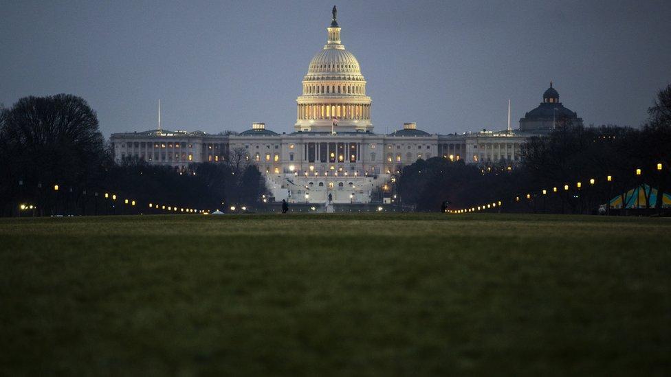 Vista nocturna del Capitolio, sede del Congreso de Estados Unidos