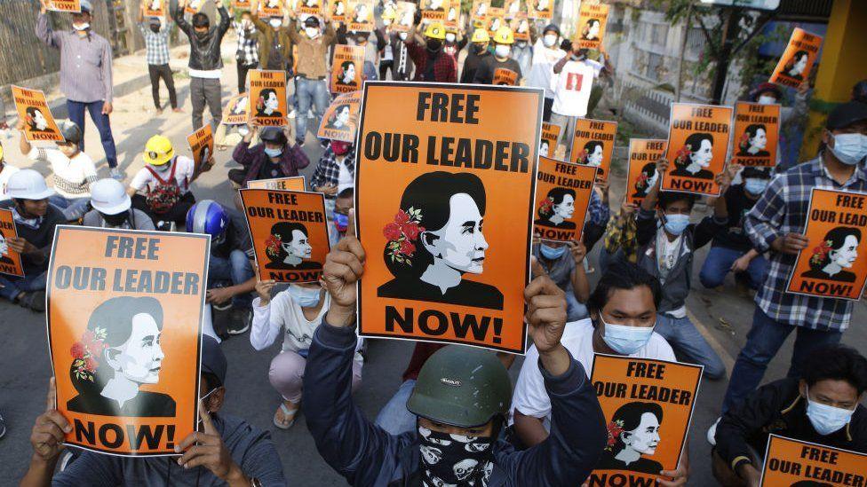抗議者要求釋放被關押的民選領導人昂山素季。