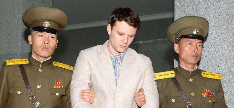Otto Frederick Warmbier (centro), un estudiante de la Universidad de Virginia que fue detenido en Corea del Norte