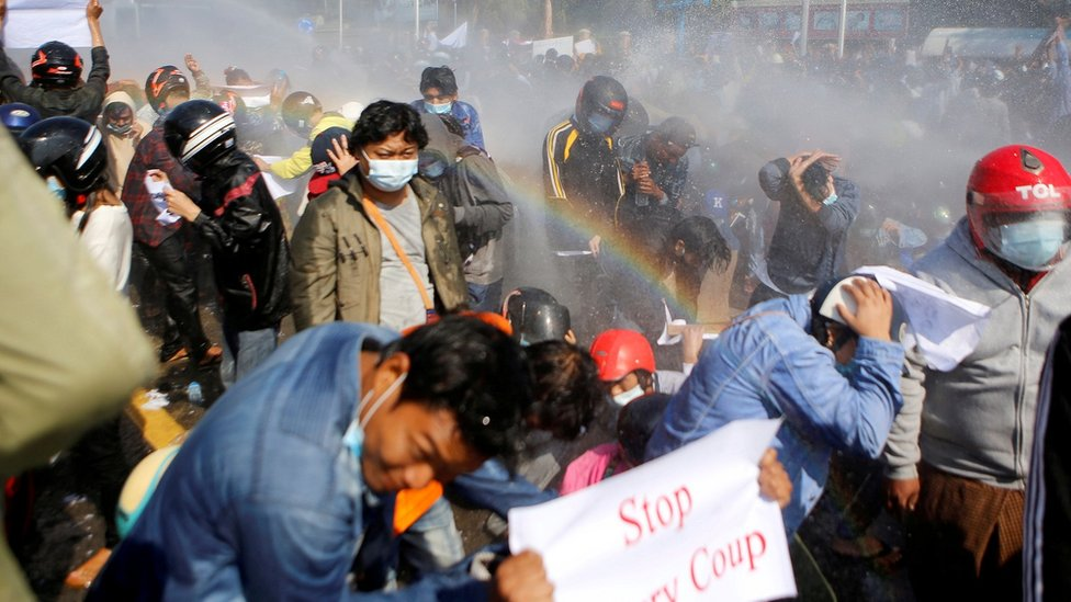 محتجون ووجهوا بخراطيم المياه.